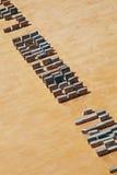 Maurer, der Ziegelsteine auf Baustelle installiert Lizenzfreie Stockfotos