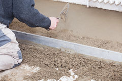 Maurer machen den Zement glatt Stockfotografie