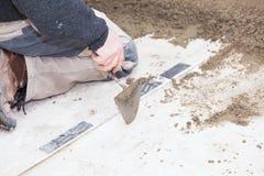 Maurer machen den Zement glatt Lizenzfreies Stockfoto