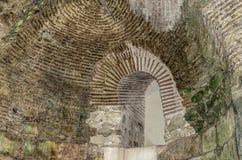 Maurerarbeit in der alten Wand Stockbilder