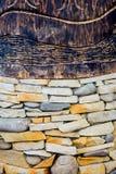 Maurerarbeit des Natursteins und des Holzes Stockfotografie