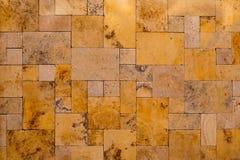 Maurerarbeit legen goldenen Stein des Zusammensetzungsschiefers Steine in den Weg Lizenzfreies Stockbild