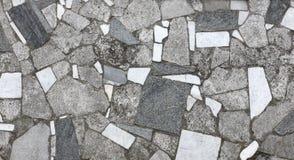 Maurerarbeit vom alten grauen Stein und vom Marmor deckt Beschaffenheit mit Ziegeln Lizenzfreie Stockfotografie