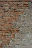 Maurerarbeit von den Blöcken und von den Ziegelsteinen Stockfoto