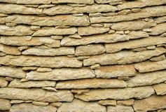 Maurerarbeit von flachen Fliesen des Kalksteins Lizenzfreie Stockfotos