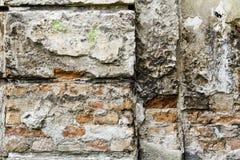 Maurerarbeit-Wandfragment des Schmutzes altes von den roten Backsteinen und von geschädigter Gipshintergrundbeschaffenheit Nahauf Stockfotografie