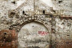 Maurerarbeit-Wandfragment des Schmutzes altes von den weißen Ziegelsteinen und geschädigte Gipshintergrundbeschaffenheit für Text Stockbilder