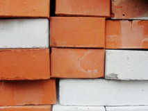 maurerarbeit Zusammenstellung, eine Kombination von Rotem und von weißem, Kalksandstein Lizenzfreie Stockbilder