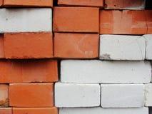 maurerarbeit Zusammenstellung, eine Kombination von Rotem und von weißem, Kalksandstein Lizenzfreies Stockfoto