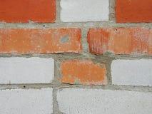 maurerarbeit Zusammenstellung, eine Kombination von Rotem und von weißem, Kalksandstein Lizenzfreie Stockfotografie