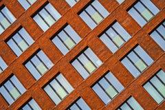 Maurerarbeitfassade eines Wohngebäudes in der Dachbodenart lizenzfreie stockfotos