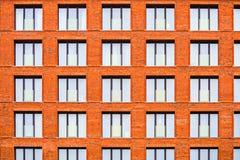 Maurerarbeitfassade eines Wohngebäudes in der Dachbodenart stockfotografie
