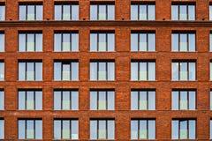 Maurerarbeitfassade eines Wohngebäudes in der Dachbodenart lizenzfreie stockfotografie