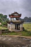 Maurerarbeitlaubenpagode im szenischen Landwirtschaftsgebiet ländliches China, Guangxi Stockfoto