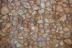 Maurerarbeitwände errichtet von ungeschnittenen Ziegelsteinen Stockfotos