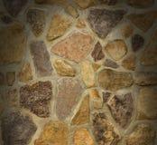 Maurerarbeitwand mit unregelmäßigen Steinen beleuchtete von oben Lizenzfreie Stockfotografie
