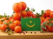 Mauretanien-Flagge auf einer Holzverkleidung mit den Tomaten lokalisiert auf einem wh Lizenzfreies Stockbild