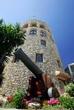Maurischer Kontrollturm und Kanon in Puerto Banus schließen in Spanien an den Port an Lizenzfreie Stockbilder