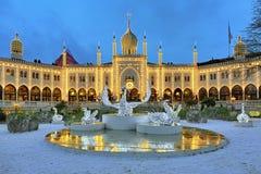 Maurischer Palast und Installation mit Schwänen in Tivoli-Gärten Stockfotografie