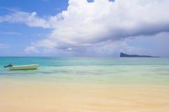 Mauritius łódź i wyspa Fotografia Stock