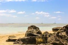 Mauritius Beach, rocce vulcaniche sulla spiaggia nell'Oceano Indiano, le Mauritius, sabbia dorata e barche immagini stock libere da diritti