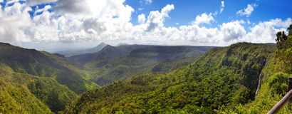 Mauritius. Klyfta av den svarta floden mot den molniga himlen. Bästa sikt. Panorama Royaltyfri Fotografi