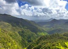 Mauritius. Mening van bergen tegen de bewolkte hemel in een zonnige dag Royalty-vrije Stock Afbeeldingen