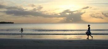 Mauritius-Sonnenuntergang - Kindspielen vorbei überwacht Lizenzfreies Stockbild