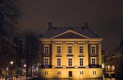 Mauritshuis die van DE Hofvijver in Den Haag bij nacht wordt gezien, die door sneeuw wordt behandeld Royalty-vrije Stock Afbeelding