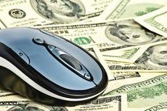 Maus auf dem Geld Stockbild