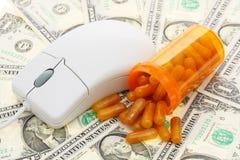 Maus mit Pillen und Geld Lizenzfreies Stockbild