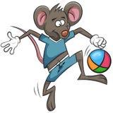 Maus spielt Fußball Karikaturball Stockfotografie