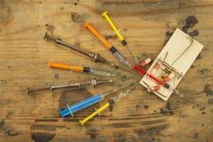 Mausefalle mit sirynge Fokus ist auf der Spritze Drogenfalle Stockbilder