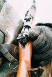 Mauser 98k в руках солдата Стоковые Фото