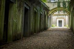 Mausolée dans le cimetière - 2 photos stock