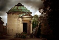 Mausolée dans le cimetière antique Photographie stock