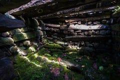 Mausolée de Saudeleur à l'intérieur des murs de Nan Madol, faits de grands bas photo stock