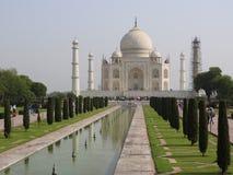 Mausolée de Taj Mahal et symbole de l'amour, marbre en ivoire blanc sur la rive sud de la rivière de Yamuna dans la ville indienn image stock