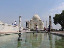Mausolée de Taj Mahal et symbole de l'amour, marbre en ivoire blanc sur la rive sud de la rivière de Yamuna dans la ville indienn image libre de droits