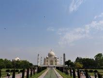 Mausolée de Taj Mahal et symbole de l'amour, marbre en ivoire blanc sur la rive sud de la rivière de Yamuna dans la ville indienn photographie stock libre de droits
