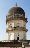 Mausolée octogonal de deux histoires de Qutb Shahi Photographie stock