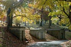 Mausolées de flanc de coteau dans l'automne Image libre de droits