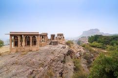 Mausoléu de Jaswant Thada com o forte do mehrangarh no fundo Imagem de Stock