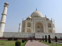 Mausoléu de Taj Mahal e símbolo do amor, mármore branco do marfim na margem sul do rio de Yamuna na cidade índia de Agra, Uttar foto de stock