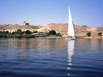 Mausoléu do Aga Khan em Egito e em felucca no Nilo Imagem de Stock