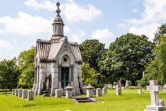 Mausoléu elaborado no cemitério do século XIX imagens de stock royalty free