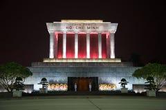 Mausoleet av Ho Chi Minh i nattbelysningslut upp Royaltyfri Foto