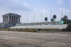 Mausoleo de Ho Chi Minh con la bandera larga del lema. fotos de archivo libres de regalías