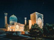 Mausoleo del Gur-emir en la noche con las estrellas, Samarkand, Uzbekistán imagenes de archivo