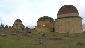 Mausoleo musulmán viejo del complejo de Eddie Gumbez, día nublado de enero Shamakhi, Azerbaijan almacen de metraje de vídeo